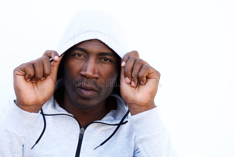Homem africano novo na camiseta encapuçado fotografia de stock royalty free