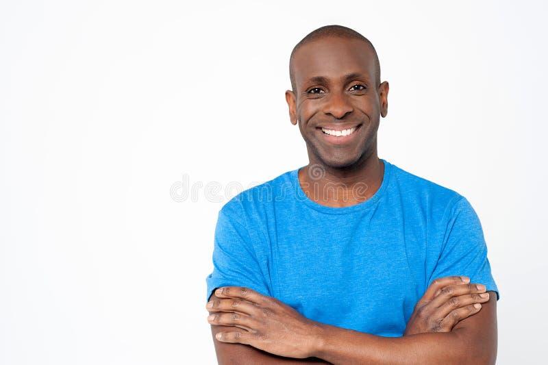 Homem africano ocasional com os braços cruzados imagens de stock royalty free
