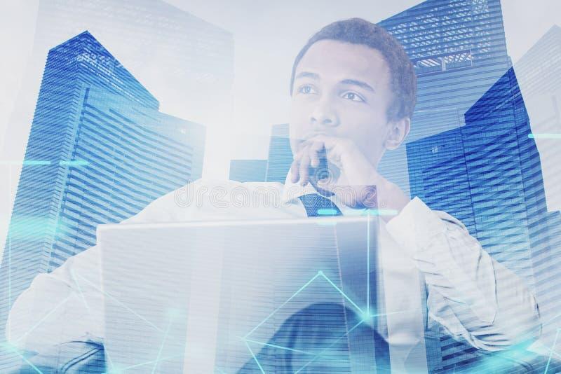 Homem africano pensativo com portátil, rede foto de stock royalty free