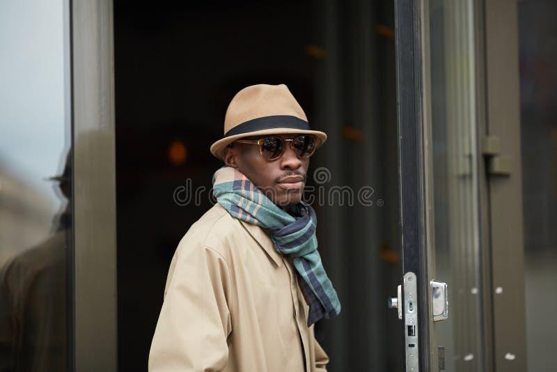 Homem africano que levanta na cidade fotos de stock royalty free
