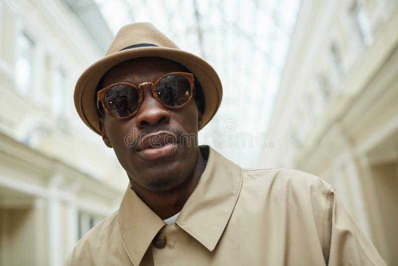 Homem africano que levanta na galeria fotografia de stock royalty free