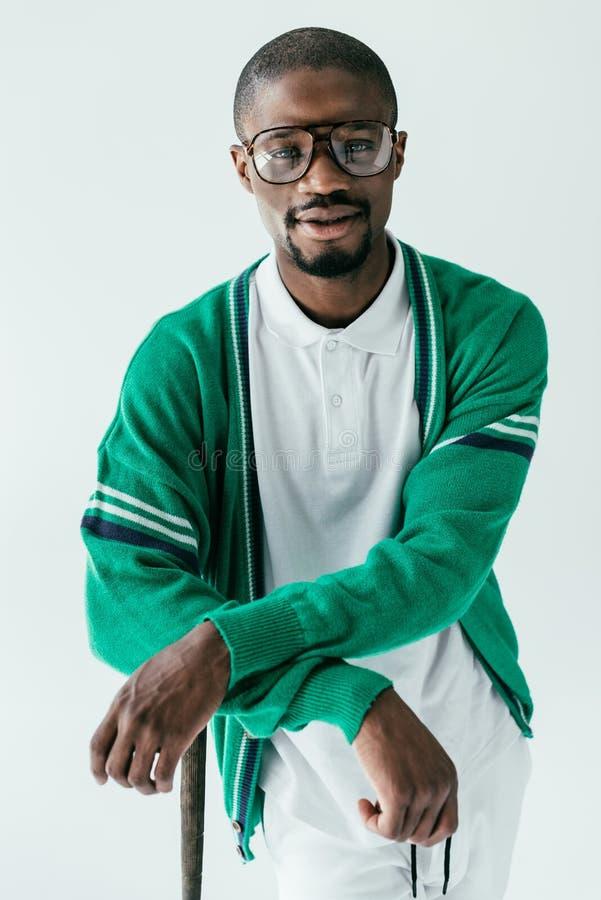 homem afro-americano à moda no sportswear e em monóculos verdes fotografia de stock royalty free