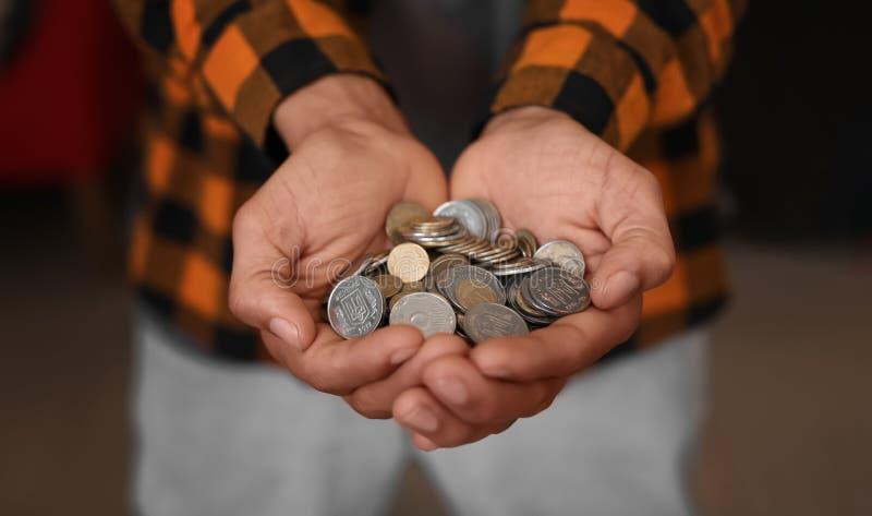 Homem afro-americano com punhado das moedas, close up Conceito das economias fotos de stock
