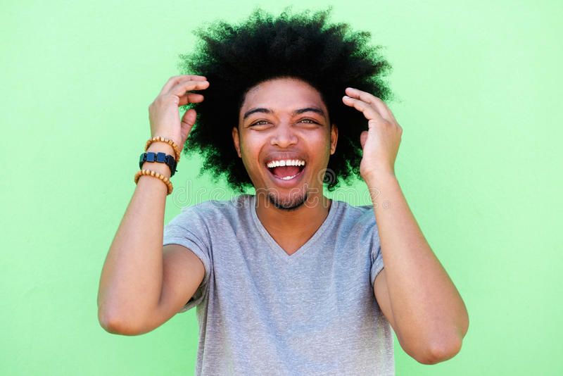 Homem afro-americano com riso afro imagens de stock