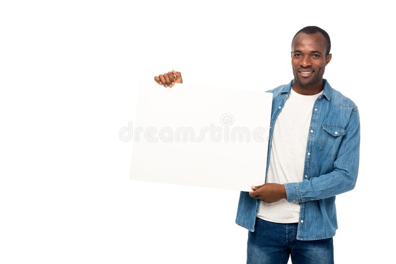 homem afro-americano considerável que guarda a bandeira vazia e que sorri na câmera imagem de stock royalty free