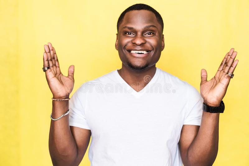 Homem afro-americano consider?vel que mostra a algo o gesto grande pelas m?os imagem de stock royalty free