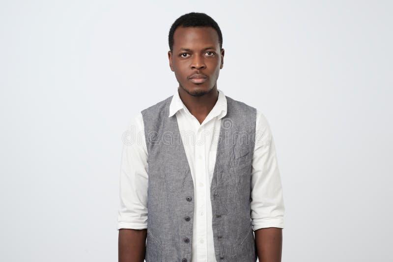 Homem afro-americano de pensamento com a expressão séria que olha na câmera fotos de stock
