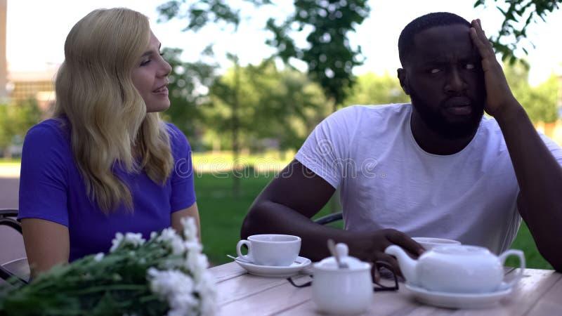 Homem afro-americano desinteressado que tenta ignorar a f?mea, falha do encontro ?s cegas imagens de stock