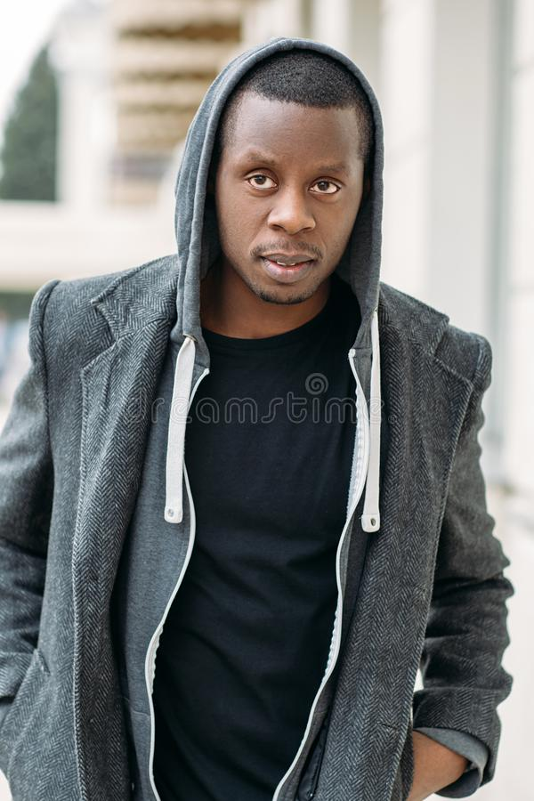 Homem afro-americano elegante Vida urbana fotos de stock royalty free