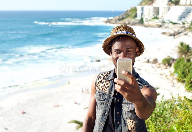 Homem afro-americano feliz nas férias que tomam o selfie fotos de stock