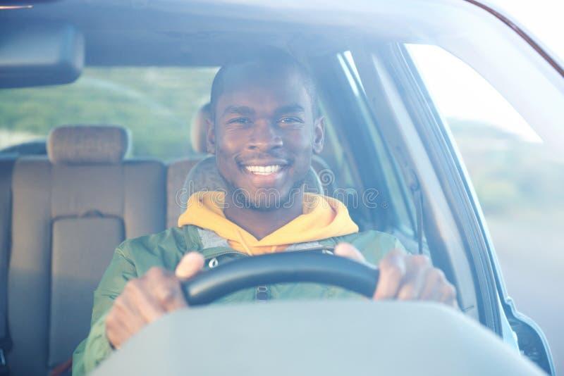 Homem afro-americano feliz que conduz o carro fotografia de stock royalty free