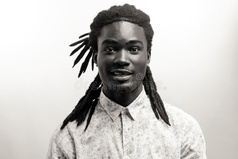 Homem afro-americano feliz que sorri no fundo branco do estúdio Retrato masculino afro-americano do perfil fotografia de stock