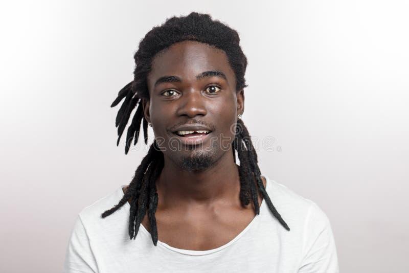 Homem afro-americano feliz que sorri no fundo branco do estúdio Retrato masculino afro-americano do perfil fotografia de stock royalty free