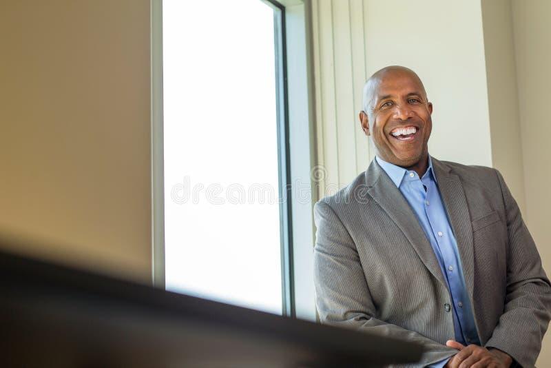 Homem afro-americano maduro feliz no trabalho imagens de stock royalty free