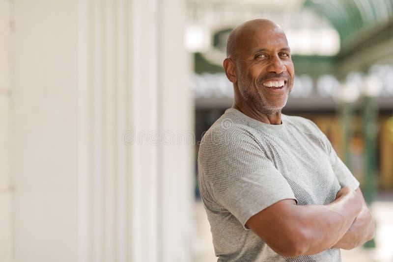 Homem afro-americano maduro feliz que sorri fora imagens de stock royalty free