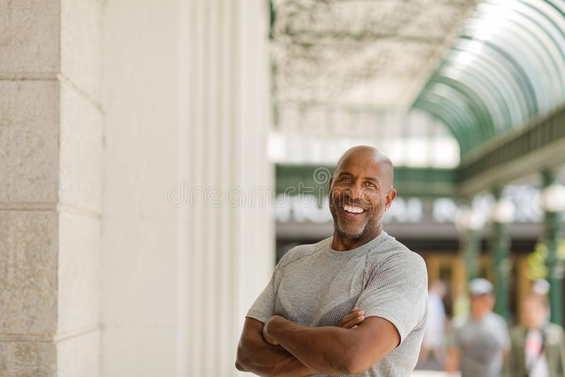 Homem afro-americano maduro feliz que sorri fora fotografia de stock royalty free