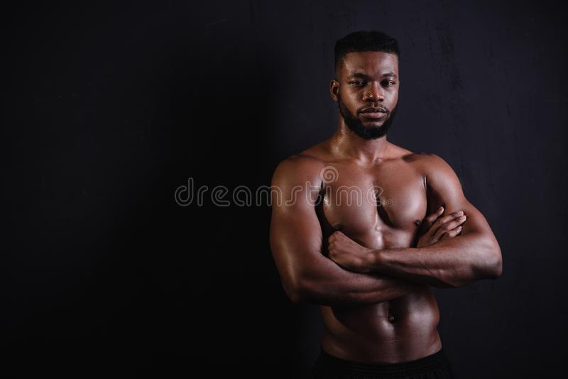 Homem afro-americano muscular considerável fotos de stock