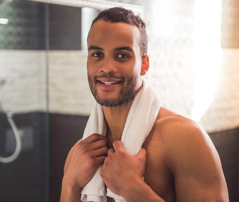 Homem afro-americano no banheiro imagens de stock royalty free