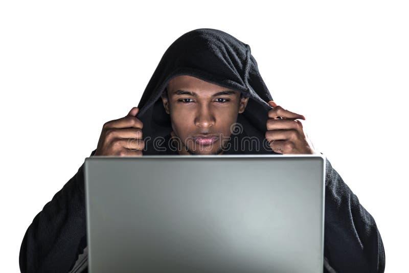 Homem afro-americano no hoodie, portátil fotografia de stock royalty free