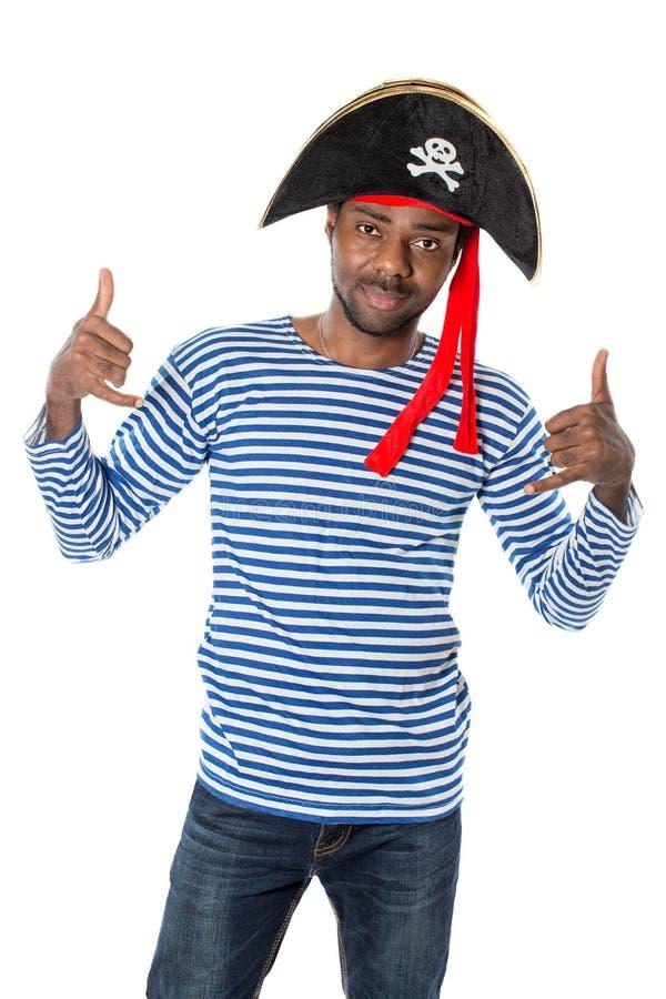 Homem afro-americano no pirata do traje no fundo branco imagens de stock royalty free
