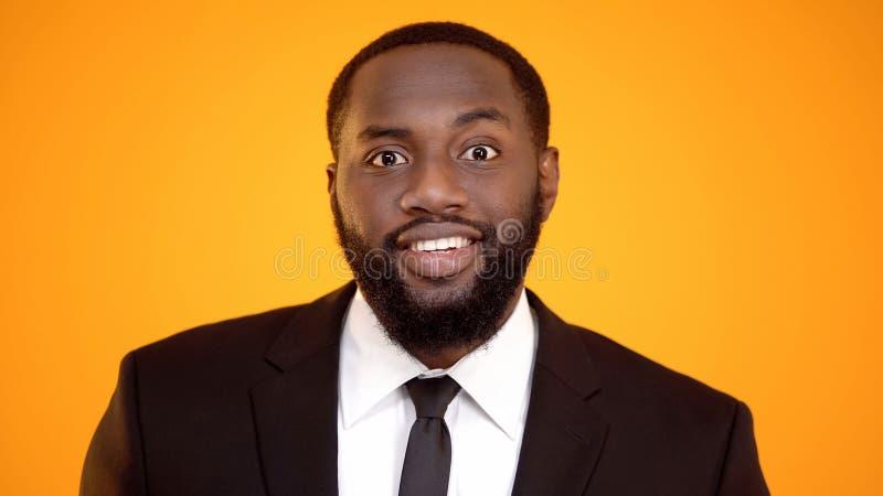 Homem afro-americano no terno que sorri e que olha ? c?mera, gerente bem sucedido fotografia de stock
