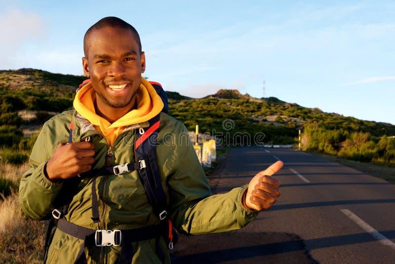 Homem afro-americano novo com trouxa que viaja imagens de stock