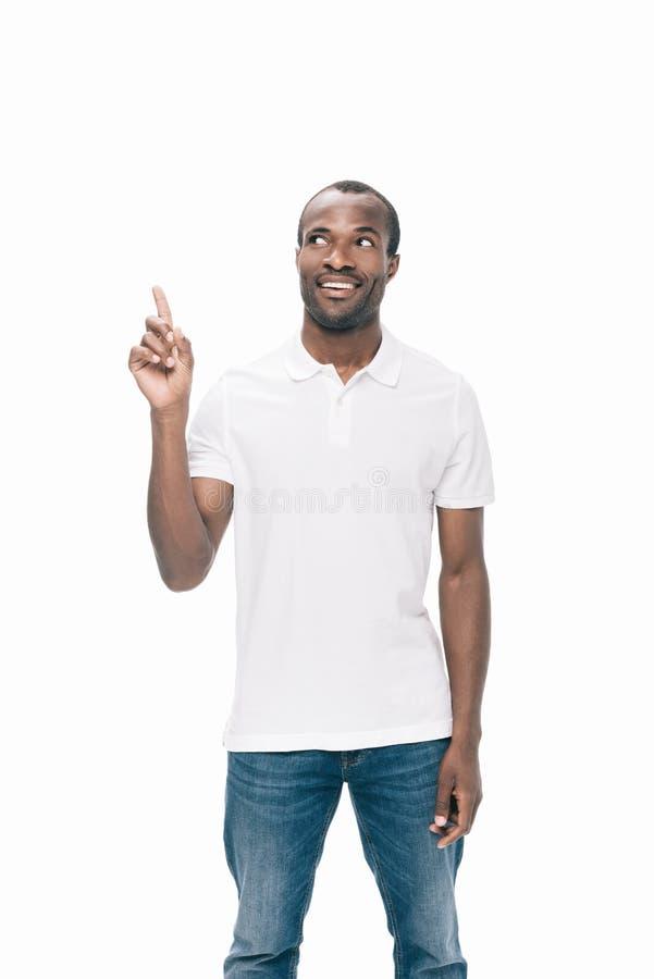 homem afro-americano novo considerável que aponta acima com dedo ilustração do vetor
