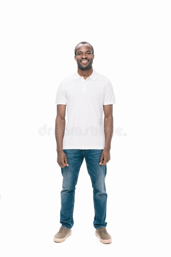 homem afro-americano novo considerável que sorri na câmera imagens de stock royalty free