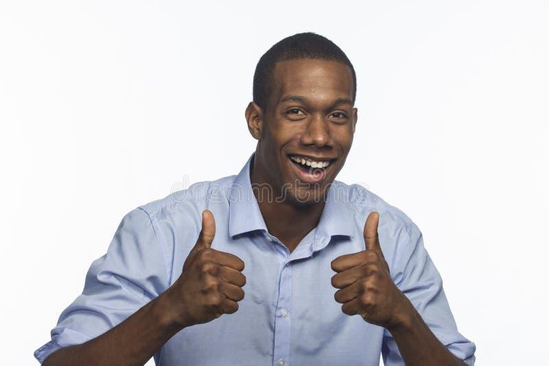 Homem afro-americano novo que dá os polegares acima, horizontal fotografia de stock royalty free