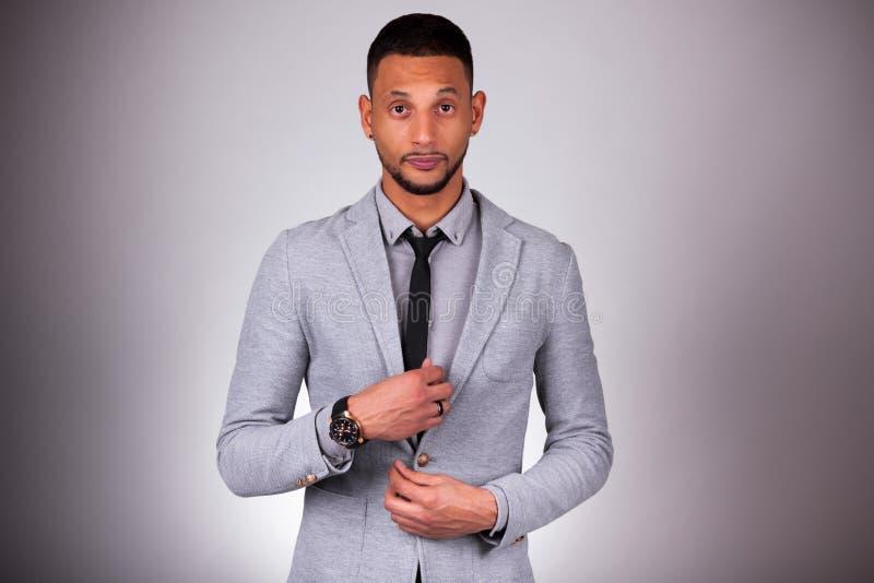 Homem afro-americano novo que olha - pessoas negras foto de stock royalty free