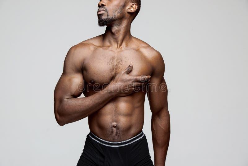 Homem afro-americano novo que tem uma dor no coração Cardíaco de ataque fotos de stock royalty free