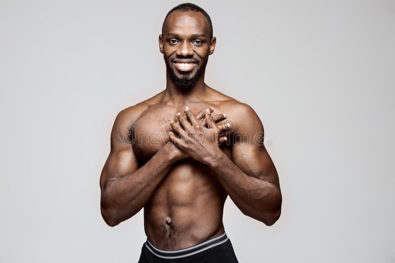 Homem afro-americano novo que tem uma dor no coração Cardíaco de ataque imagem de stock royalty free
