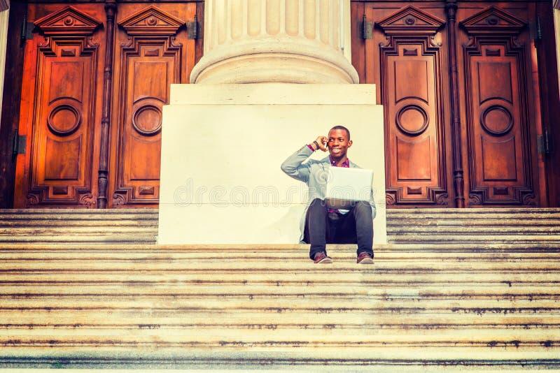 Homem afro-americano novo que trabalha fora em New York imagem de stock royalty free