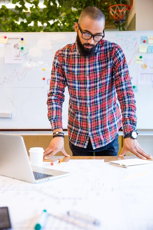 Homem afro-americano pensativo e preparação para a reunião fotografia de stock