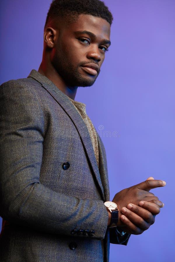 Homem afro-americano preto sério com a expressão pensativa que olha a câmera fotografia de stock royalty free