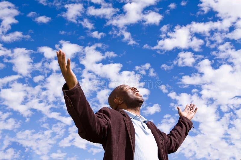 Homem afro-americano que stading fora com braços abertos fotografia de stock