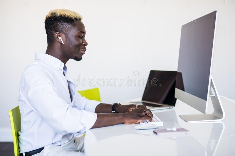 Homem afro-americano que trabalha no centro de atendimento Gerente com computador homem no local de trabalho Consultante com micr foto de stock
