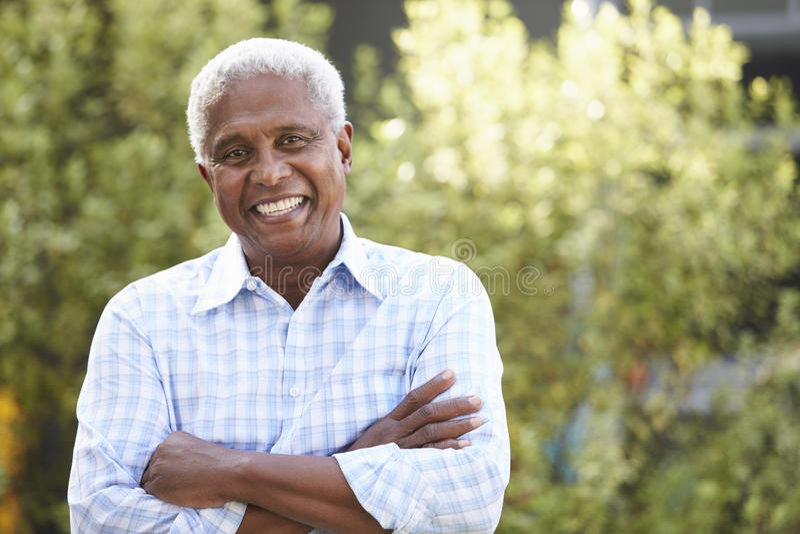 Homem afro-americano superior de sorriso com os braços cruzados foto de stock royalty free