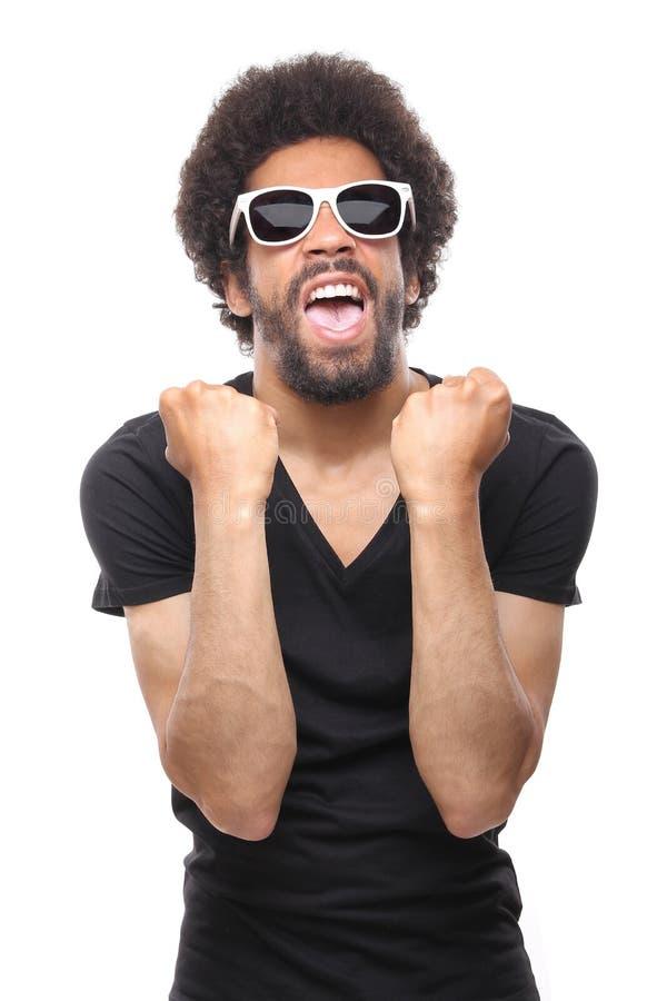 Homem afro funky feliz bonito que levanta na frente de um fundo fotografia de stock
