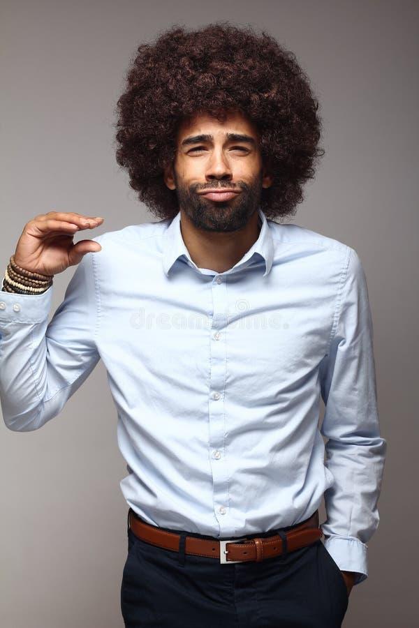 Homem afro funky feliz bonito que levanta na frente de um fundo fotos de stock royalty free