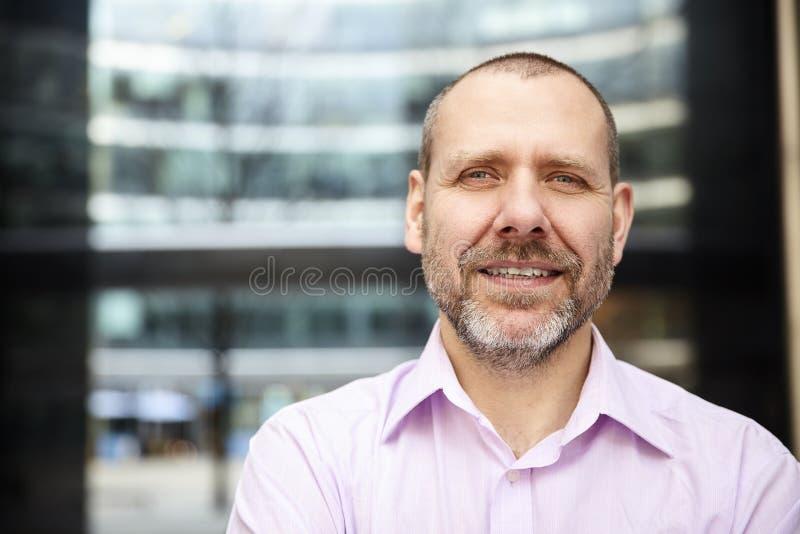 Homem agradável na camisa cor-de-rosa fotos de stock