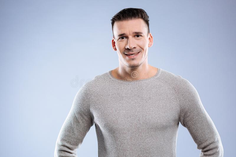 Homem agradável positivo alegre que sorri a você fotografia de stock royalty free