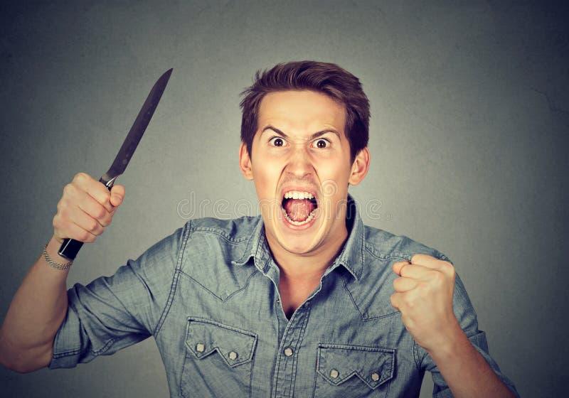 Homem agressivo irritado com faca imagem de stock
