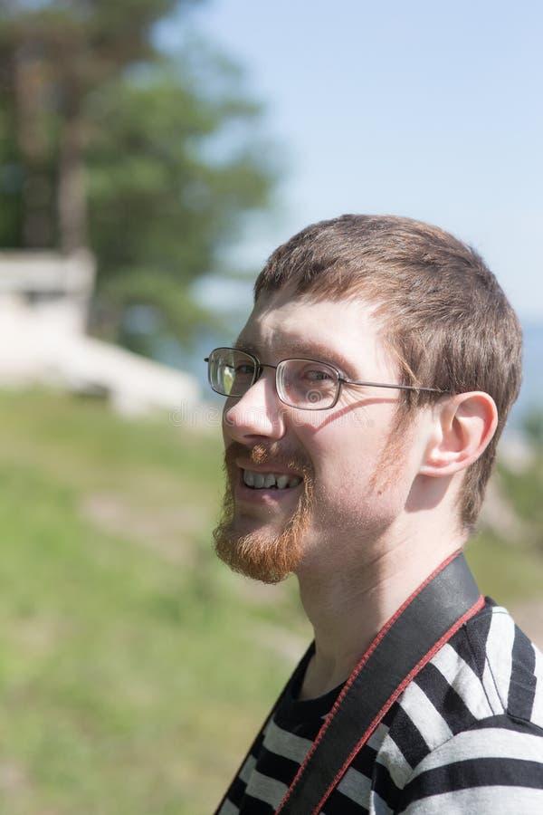 Homem alegre ao ar livre imagem de stock