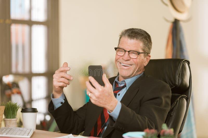 Homem alegre com telefone esperto imagens de stock