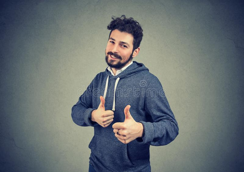 Homem alegre entusiasmado com a vitória que mostra os polegares acima fotos de stock royalty free