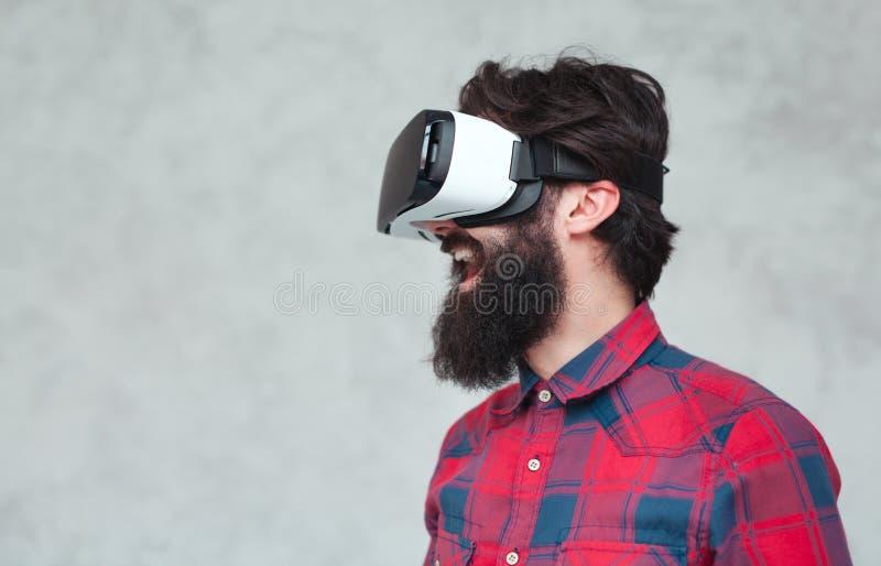 Homem alegre no capacete de VR fotos de stock