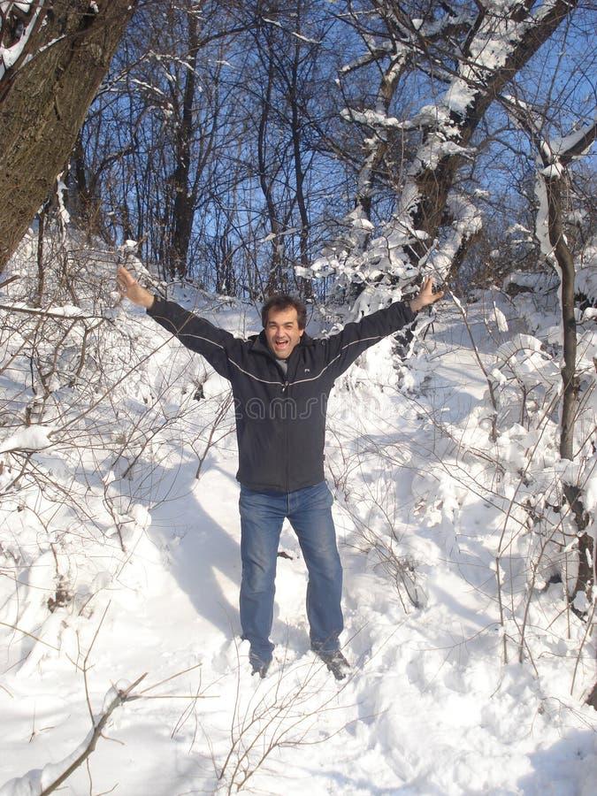 Homem alegre no cenário do inverno fotos de stock royalty free