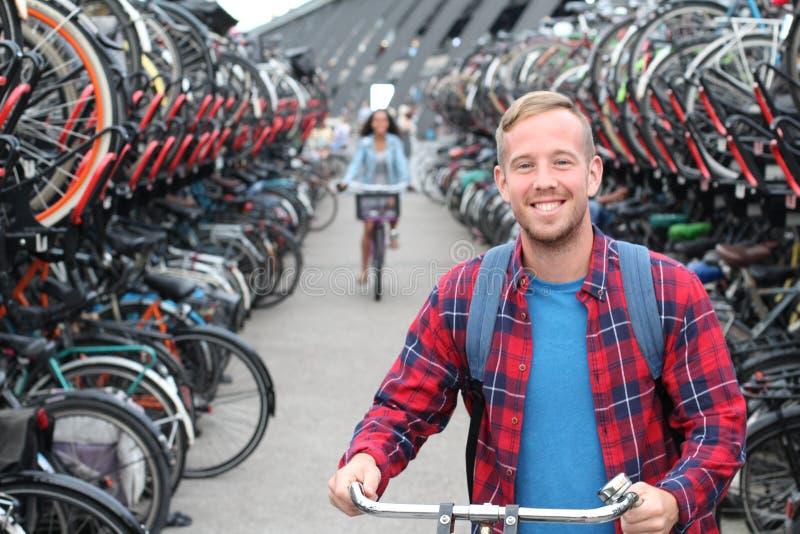 Homem alegre no parque de estacionamento da bicicleta 3D fotos de stock royalty free