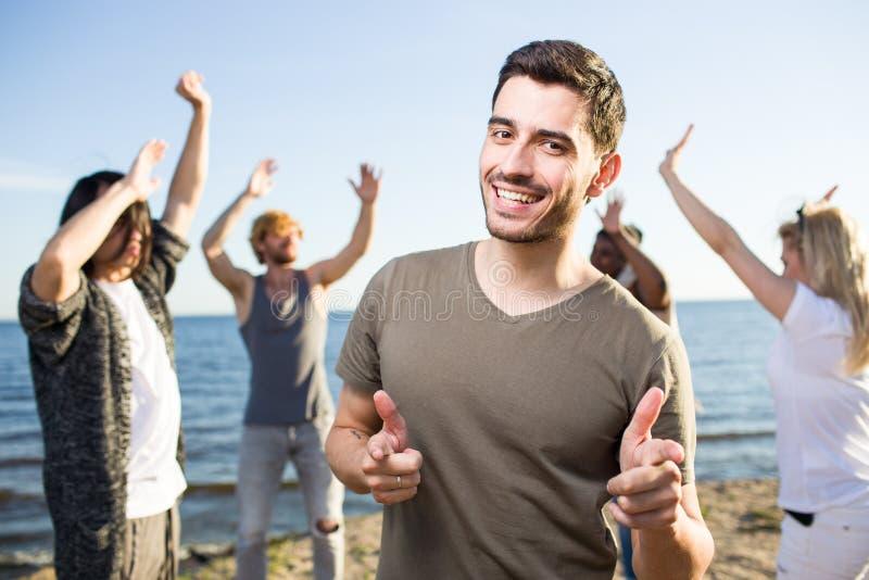 Homem alegre que aponta na câmera no partido fotos de stock